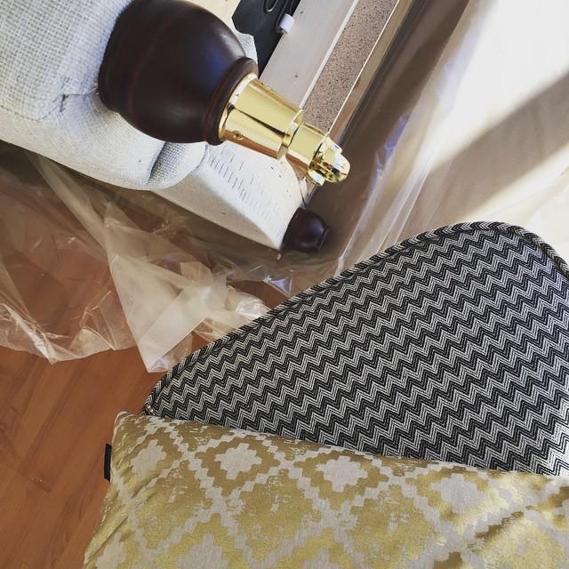 Riksbyggens Showroom. Dagens arbete. Skruva. Bära. Frakta bort emballage. Så väldigt härligt med ett projekt att sätta igång med! #riksbyggen #ljusihus #stylebycarola #showroom #västrahamnen #malmö #eightmood #miomöbler #trend #fåtöljer #mattor #soffor #bord #stolar #dekoration
