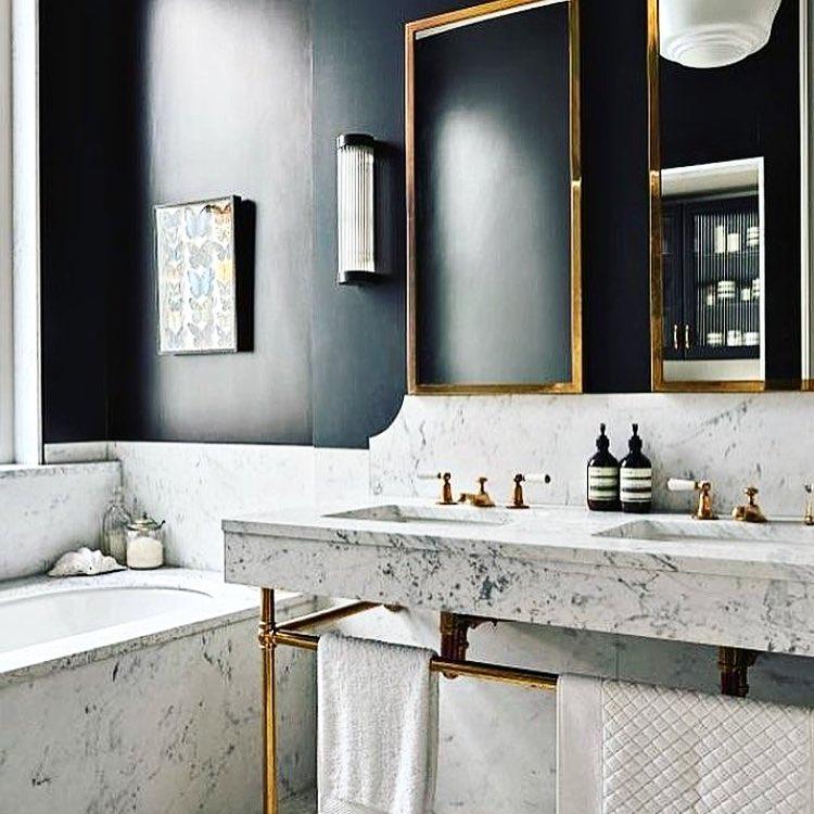 Skön känsla i detta badrum. #vintage #badrum #interiors #interior #inredare #inredareskåne #brass #blackandwhite
