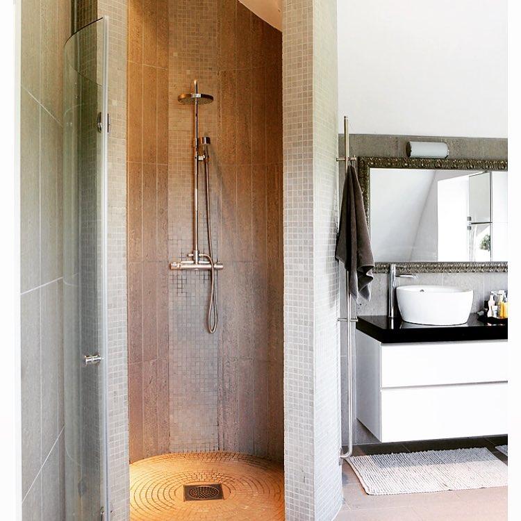 Detta var mitt badrum innan det inte var det längre. Mina byggkillar var inte jätteglada när jag förklarade att de måste pilla bort varje liten mosaiksten från nätet och sätta dit de på golvet i en rundel mot avloppet. Men man kan ju inte älskas av alla. Och visst blev det snyggt!😉 #inredare #interior #shower #dusch #granit #bathroom #inredning #inredareskåne #styling #blackandwhite #byggprojekt #stylebycarola