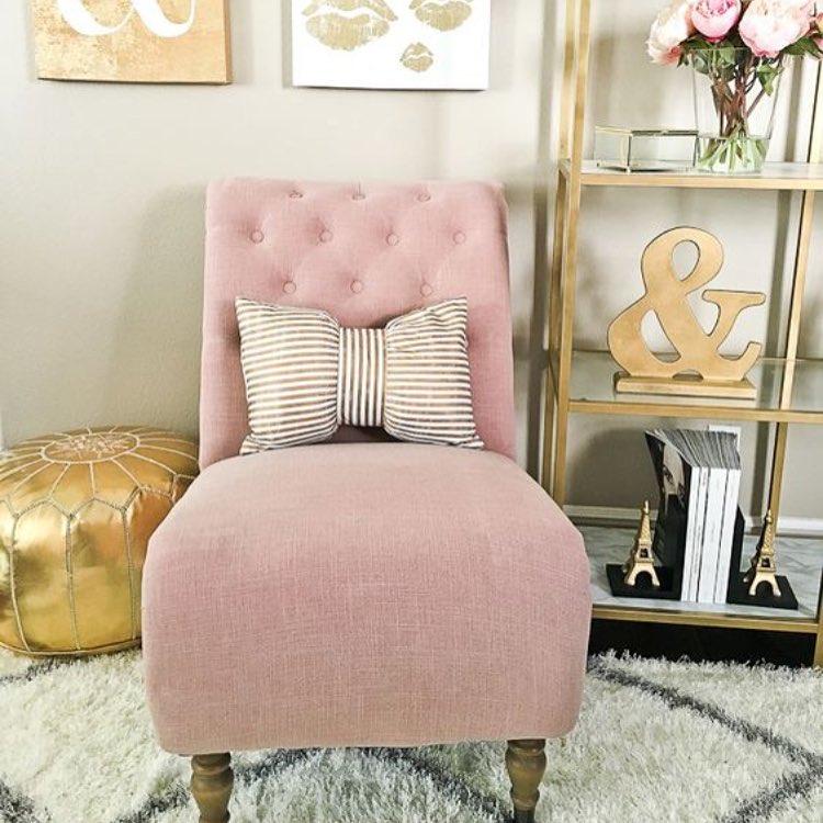 """Udda kombo som funkar och känns """"ny"""". Guld & Rosa. #home #livingroom #styling #stylebycarola #style #rosa #guld #inredare #inredareskåne"""