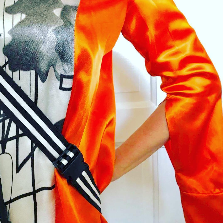 """Sneak peak: Om några veckor släpps min debutbok """"Sigrid sover på soffan"""". Och jag är mycket rädd. Och lite stolt. Men vilket mottagande boken än får, så kommer jag iallafall ha en alldeles underbart wild and crazy haute couturedesignad klänning i handtryckt siden bara för relaesetillfället. Design: @matildabook TACK Matilda för en fantastisk kreation. Jag känner mig modig, galen och vacker i din klänning. Ps. Dela gärna!"""